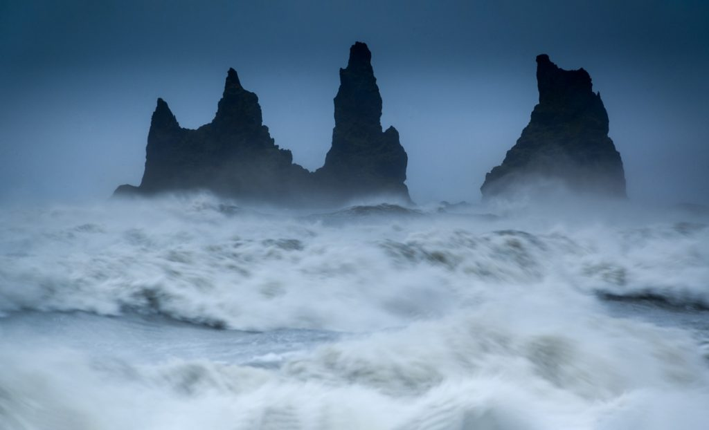 Ruige zee bij Vik - Fotoreis IJsland